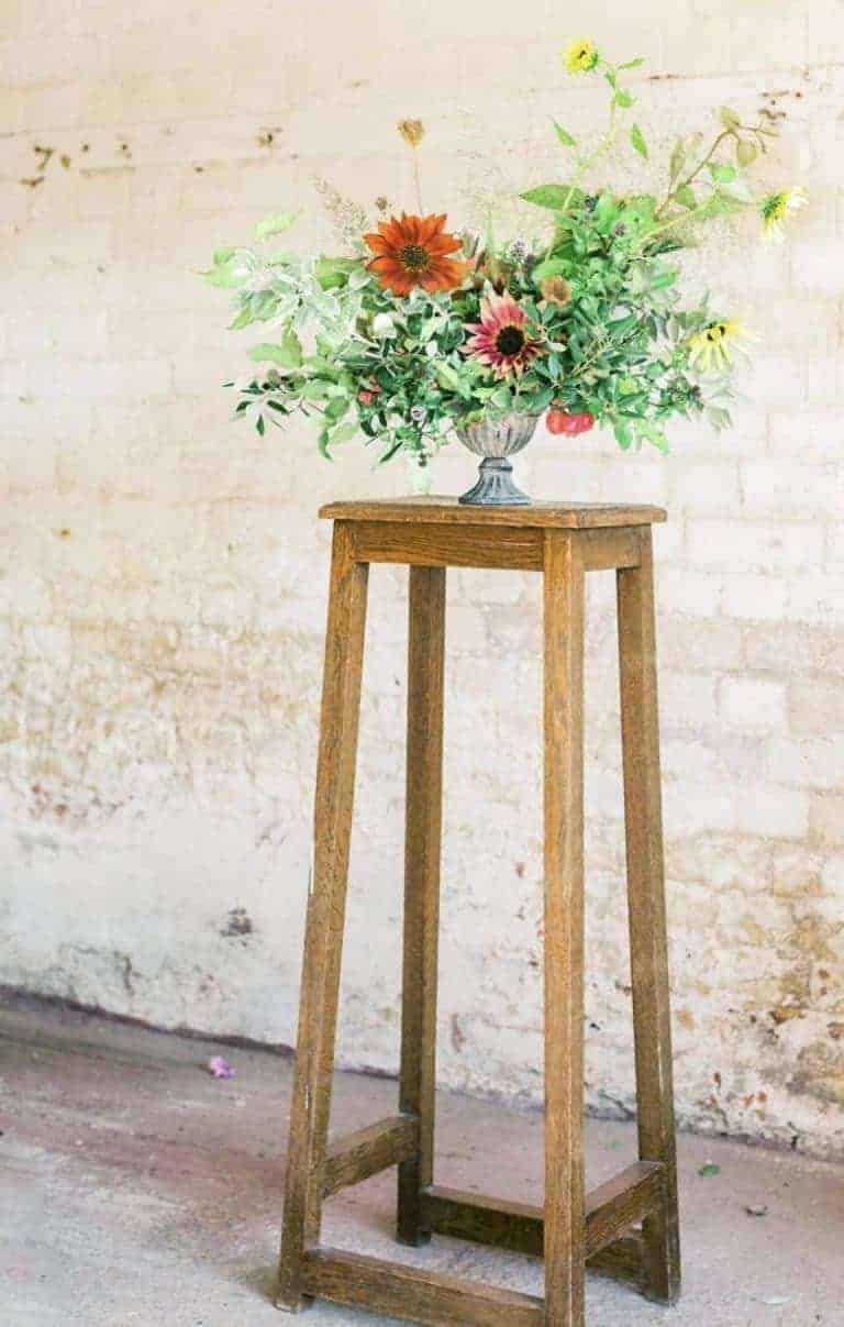 love this autumn flower arrangement using chrysanthemums and seasonal autumnal foliage, foraged greenery for autumn flower arrangements. Click through for autumn flower arrangement ideas you